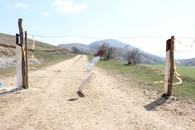 La linea di confine tra il territorio marsicano e quello subecquano sulla piana di Baullo, comprensorio del Sirente. Foto di Antonella Palombizio