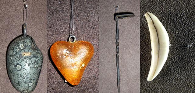 Antichi amuleti per la protezione di infermi, realizzati con pietra, ambra, ferro, dente di cane levigato
